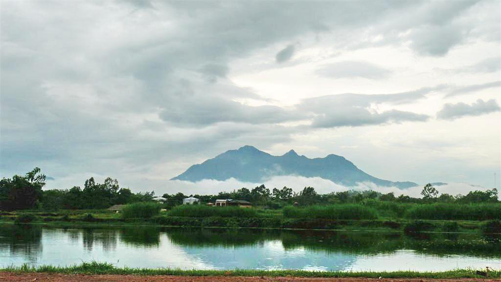 Hanoi Motorbike Tour to Ba Vi Park & Duong Lam Village